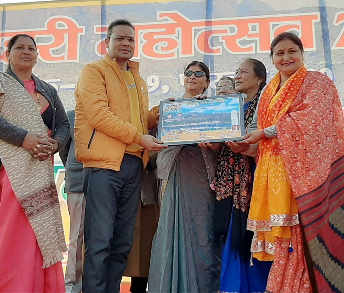 टिहरी महोत्सव में बोली भाषा व समाज सेवा के लिए ऋषिकेश के डॉ राजे नेगी समेत आठ हस्तियां सम्मानित