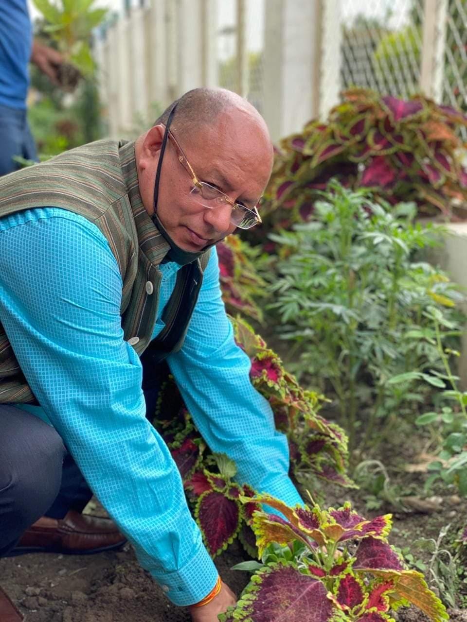 हरेला पर मुख्यमंत्री त्रिवेंद्र सिंह रावत के औद्योगिक सलाहकार डॉ के एस पंवार ने रोपा पौधा